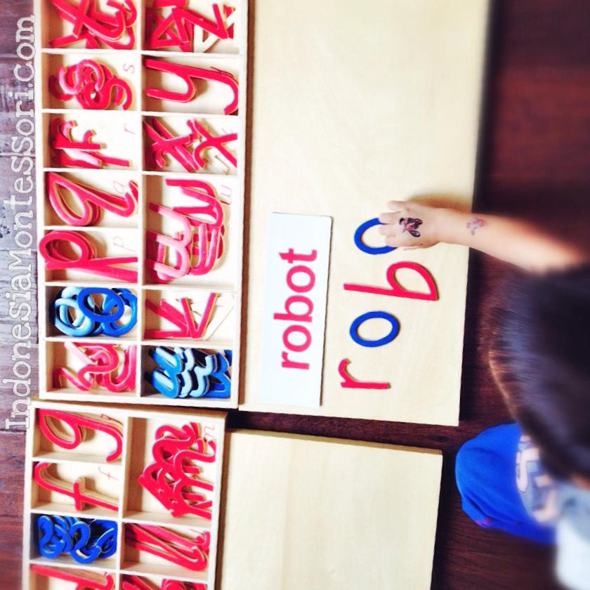 mengajar anak membaca di rumah montessori