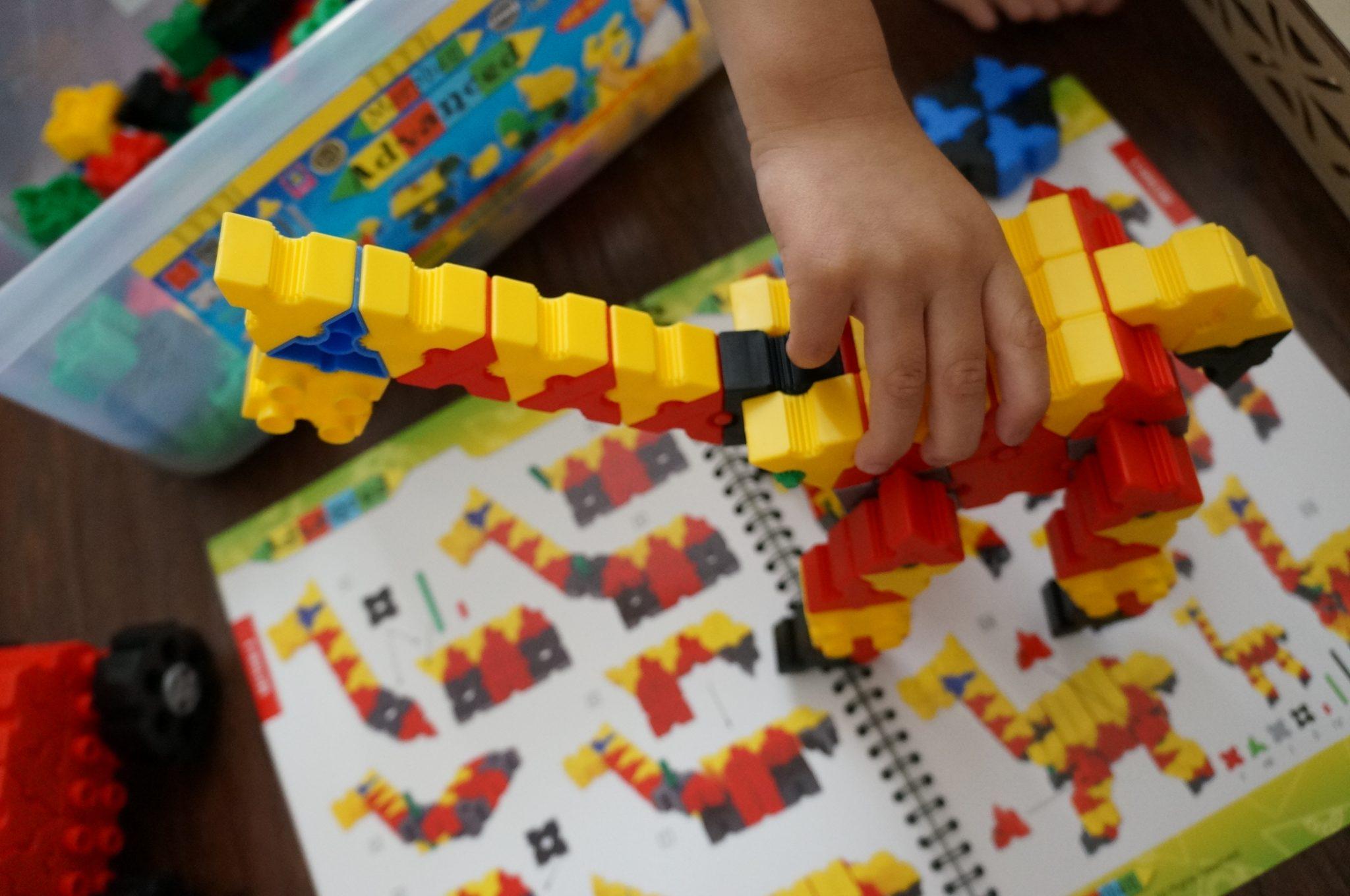 Untuk anak berusia 4 5 tahun sudah bisa mulai dikenalkan dengan tingkat mainan konstruksi yang lebih detil dan membutuhkan presisi serta kemampuan motorik