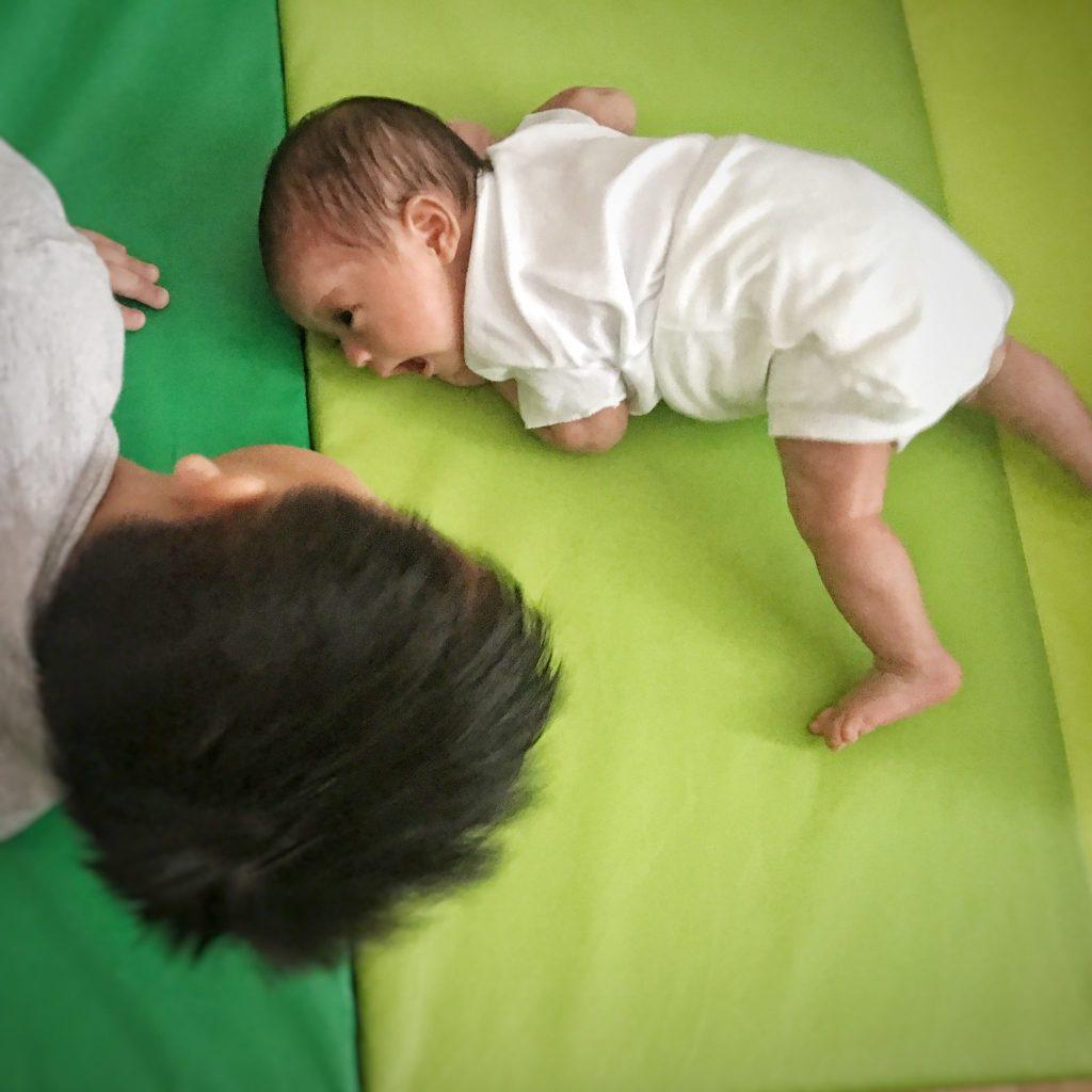 tips tummy time untuk bayi 1 bulan